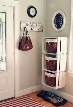 Cool DIY Ways To Decorate Your Entryway Crates and Baskets Entry Storage Shelf -Top 10 DIY Shelves Ideas!Crates and Baskets Entry Storage Shelf -Top 10 DIY Shelves Ideas! Family Room Walls, Room Wall Colors, Diy Casa, Ideas Geniales, Home And Deco, Wooden Boxes, Wooden Crates On Wall, Wood Crate Shelves, Pallet Boxes