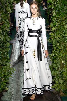 Valentino Parigi - Haute Couture Fall Winter - Shows - Vogue. Haute Couture Paris, Valentino Couture, Style Haute Couture, Couture Fashion, Runway Fashion, Fashion Show, Fashion Design, Couture 2015, Valentino Dress