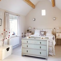 Main bedroom | country | House tour | Country Homes & Interiors...Me gusta el mueble al pie de la cama y en general esta habitacion por su luminosidad y simpleza!