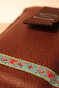 Handytäschchen aus Leder mit Link zur kostenlosen Anleitung
