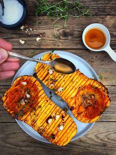 Hasselback butternut squash med brunet smør, hasselnødder og timian. Et match made in heaven! Opskrift her: