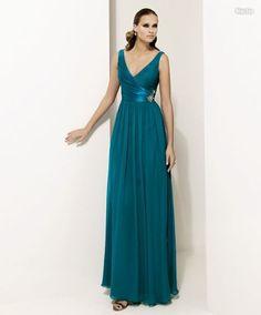 Vestido de fiesta ideal para madrinas de la nueva coleccion de Pronovias.