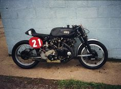 Vintage racer looks like a Black Shadow motor and girdraulics on the front end