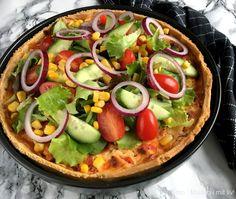 Tacotærte med salattopping. Nemmeste tex mex tærte med lækkert salatfyld på toppen - server med creme fraiche, salsa eller guacamole og nyd...