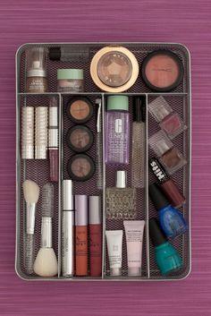 Bandeja de cubiertos con accesorios y maquillaje