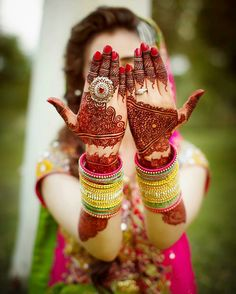 Bride obviously wants to enhance her hand's beauty Indian Wedding Poses, Indian Wedding Photography Poses, Bride Photography, Indian Bridal, Desi Bride, Desi Wedding, Wedding Bride, Marathi Bride, Wedding Ideas