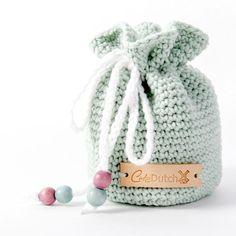Gratis haakpatroon Schattentasje - Haak voor je kleine spruit een schattentasje. Leuk om mee te nemen op vakantie of voor het buiten spelen. In het tasje kan je al je kleine gevonden schatten bewaren. Zo wordt buitenspelen nog leuker! Het schattentasje wordt ongeveer 12 cm groot.