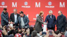 Galerie: Alles neu! Der FCB hat seinen Fan-Shop am Flughafen wiedereröffnet.