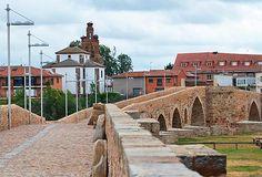 Puente de Órbigo, una población con una curiosa historia de caballería que pudo inspirar El Quijote de Cervantes: http://www.guiarte.com/pueblos/puente-de-orbigo.html