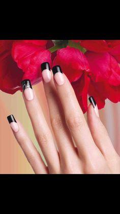 Uñas acrílicas estilizan las manos