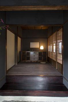 昭和の香りと海の匂いの漂う街、北浜alley(アリー)。その一角に生まれた「瀬戸内ステイ 北浜住吉」は、築100年の町家を再生した一棟貸しステイです。一日一組の貸切。鍵をお渡した後は、瀬戸内の我が家に暮らすように、自由にお過ごし下さい。 Japanese Home Design, Japanese Style House, Traditional Japanese House, Japanese Home Decor, Japanese Modern, Wooden Architecture, Japanese Architecture, Contemporary Architecture, Interior Architecture