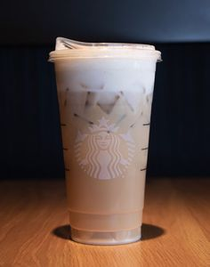Cold Starbucks Drinks, Iced Coffee Drinks, Starbucks Secret Menu, Starbucks Recipes, Starbucks Iced Coffee, Coffee Recipes, Coffee Coffee, Coffee Shop, Starbucks Peppermint Mocha