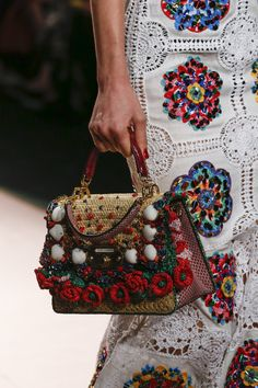 Dolce & Gabbana Spring 2019 Ready-to-Wear-Modenschau , Dolce & Gabbana Spring 2019 Ready-to-Wear Fashion Show Dolce & Gabbana Frühjahr 2019 Ready-to-Wear-Kollektion - Vogue. Fashion Bags, Boho Fashion, Fashion Shoes, Fashion Jewelry, Women's Jewelry, Dress Fashion, Runway Fashion, Vogue Fashion, Fashion Spring