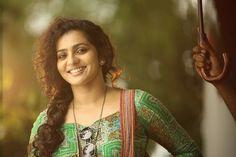 Sundari Penne - Parvathy in Charlie -2625 Charlie Malayalam movie 2015 stills-Dulquer Salman,Parvathy