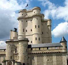 Le château de Vincennes est une forteresse érigé du xive siècle au xviie siècle. Il est le plus vaste château fort royal français subsistant et, par la hauteur de son donjon, 50 mètres, il est une des plus hautes forteresses de plaine d'Europe.