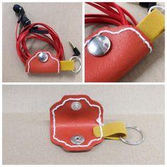 Avaimeperä, johon saat kiinnitettyä kuulokkeet, on valmistettu Fimo Leather Effect -massasta. Sunglasses Case, Tutorials, Diy Crafts, Leather, Jewelry, Ideas, Christmas, Jewellery Making, Jewels