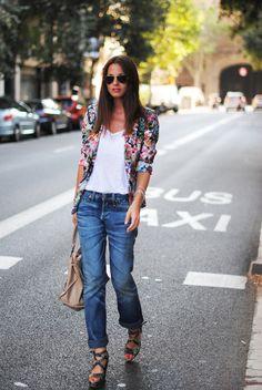 Look do Dia = Calça Jeans + Blazer Estampado com Flores em Fundo Preto