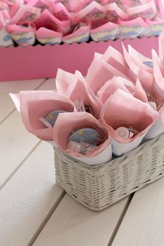 Baptism ideas: a gorgeous Greek christening! The post is NOT in English but the pictures give ypu great ideas.