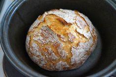 Ei taida olla parempaa tapaa aloittaa aamu kuin tuoreen leivän tuoksu. Tämä on niin helppo ja pomminvarma tapa tehdä rapeakuorista ja s... Finnish Recipes, Bread Bun, Bread Baking, Deli, Food Inspiration, Meal Planning, Cake Recipes, Muffin, Brunch
