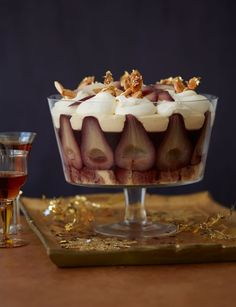 wine pear trifle Mulled wine pear trifle - This takes a bit of planning – but it's worth it!Mulled wine pear trifle - This takes a bit of planning – but it's worth it! Xmas Food, Christmas Cooking, Christmas Desserts, Christmas Treats, Christmas Trifle, Trifle Desserts, Just Desserts, Delicious Desserts, Dessert Recipes