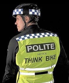 Se disfrazan de policía para que automovilistas reduzcan la velocidad