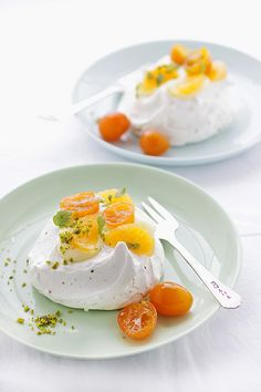 Poached Kumquat, Clementine, Lemon Curd & Pistachio Pavlova / Canelle Vanille Pumpkin Spice Cupcakes with Cream Cheese Frosting Healthy Smoo. Meringue Desserts, Lemon Desserts, Baked Meringue, Meringue Food, Lemon Curd, Macarons, Chefs, Food Inspiration, Love Food