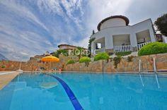 Denna fantastiska villa i Kargicak ligger i ett stort komplex med grön omgivning och har fördelen att den är fullt möblerad. Du kan flytta in direkt.