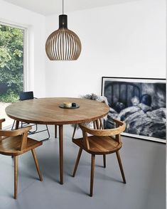 love that dining table and chairs...