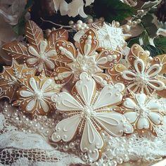 Snowflake gingerbread Christmas cookies | TERI PRINGLE WOOD | http://cookieconnection.juliausher.com/member/teri.pringle.wood