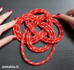 Kun pannunalunen on viiden tai kuuden kierroksen jälkeen valmis, työnnä köyden päät nurjalle puolelle ja ompele ne kiinni ompelulangalla.