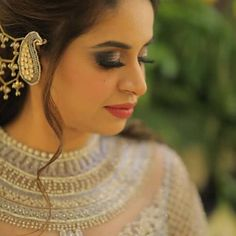 The Bahubali Earrings Are Back! Indian Jewelry Earrings, Unique Earrings, Bridal Jewelry, Indian Wedding Makeup, Indian Bridal, Bridal Jewellery Inspiration, Mehndi Ceremony, Earring Trends, Pearl Chain