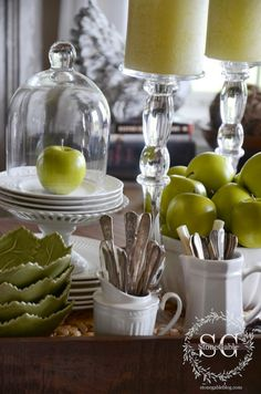 Interiors * Decorating with cloches * 6 tips for creating a kitchen table vignette. Farmhouse Kitchen Table Sets, Kitchen Vignettes, Kitchen Items, Kitchen Hacks, Kitchen Decor, Cloche Decor, White Dishes, Glass Bathroom, House Tours