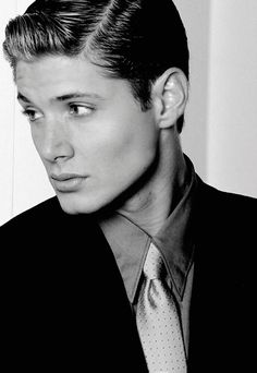 A younger Jensen Ackles. What bone structure! Jawline Fetish Fuel.