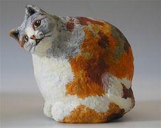Pulpa y papel escultura del gato pequeño gato-pimienta pulpa y papel