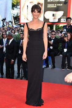 Gemma Arterton, espectacular, con un sencillo vestido negro de Stella McCartney que combinó con unos impresionantes pendientes de Chopard.