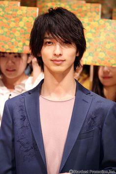 STARDUST - 横浜流星 自分の中の嫌いな部分と向き合うキッカケになってもらえたら - スターダスト オフィシャルサイト - インタビュー Cute Japanese Guys, Japanese Boy, Attractive Guys, Yokohama, Handsome Boys, Future Husband, The Darkest, Interview, Men's Hairstyle
