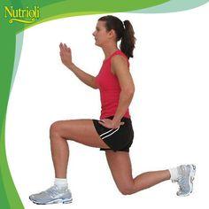 Para ejercitar glúteos y pantorrillas las zancadas son ejercicios muy completos.     Párate con los pies ligeramente separados, da un paso largo hacia el frente, y flexiona la otra rodilla hacia al suelo, sin tocarlo. Regresa a la posición original y repite del otro lado.    Realiza 3 series de 15 repeticiones.