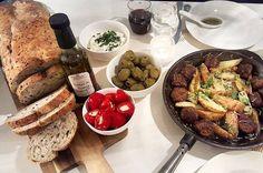 Herlige saker på bordet til @snikgjest i helgen.  Ostefylte paprika ferske oliven albondigas godt brød og dippingolje fra @stonewallkitchen  God lørdag folkens! #stonewallkitchen #diekäsemacher #oliven #snikgjest #oluflorentzen #lørdagsmat #tapas av oluf_lorentzen http://ift.tt/1Qduj33