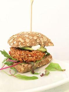 Ik heb een nieuwe missie: gezonde vegetarische burgers maken! Zo maakte ik pas deze bijzonder goede gelukte bonenburgers met feta, aldus mijn bescheiden mening. En nu was het de beurt aan een bakje li