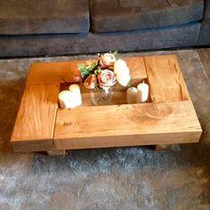 Esta preciosa mesa de centro añade otra vuelta de tuerca a las tablas de roble estándar. La versión más pequeña de nuestras mesas de centro cubo, pero todavía un tamaño de oos para una casa de familia. Medida 90 cm x 60 cm x 30 cm. de altura.  El hueco 20 x 50 cm  Otra preciosa mesa para decorar tu casa.  Nos gustaría hacerte consciente de que con todos los productos de madera naturales no dos tablas será exactamente el mismo. Las dimensiones se mantienen, sin embargo como con toda la madera…