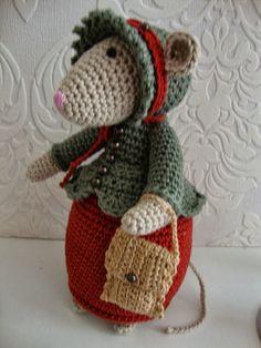 Dit is Madison de 3e muis alweer. De muis heb ik gehaakt naar een patroon van Antoinette, die het helaas niet meer mag verkopen. Ik ben he... Crochet Owls, Crochet Mouse, Cute Crochet, Crochet For Kids, Crochet Baby, Christmas Animals, Christmas Crafts, Knitted Animals, Crochet Clothes