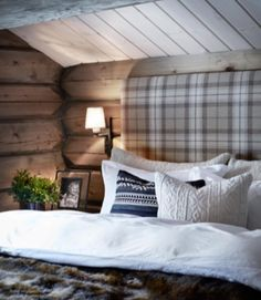 We already choose Extremely cozy and rustic cabin style living rooms, bedroom and overall Home Interior Design Inspirations. Each space differs, just with the appropriate furniture, you can readily… Cabin Interiors, Rustic Interiors, Cabin Homes, Log Homes, Cabin Design, My New Room, Cozy House, Cozy Cabin, Winter Cabin