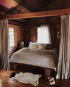 Washington travel goals в 2019 г. cabin homes, home bedroom Construction Chalet, Cozy Bedroom, Bedroom Decor, Bedroom Ideas, Master Bedroom, Luxury Cabin, Little Cabin, Log Cabin Homes, Log Cabins