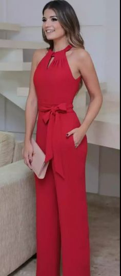 You're looking at the definitive proof that a red jumpsuit looks awesome and has tons of styling possibilities. Classy Outfits, Casual Outfits, Cute Outfits, Short Outfits, Casual Dresses, Trousers Women, Pants For Women, Jumpsuits For Women, Casual Chic