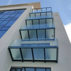Ausführungen die sich sehen lassen können...wie hier in Belgrad beim Projekt SQUARE 43 mit dem CREA-POINT GT50 www.crearailing.ch #lyctum #square43 #crea #crearailing #crealine #creapoint #glassrailing #railing #glassbalustrade #balustrade #swissmade #ganzglasgeländer #glasgeländer #glasgeländersysteme #gardecorpsenverre #stakleneograde #punkthalter #moderndesign #architecturetrends #architecture Glass Balustrade, Glass Railing, Square, Home Decor, Contemporary Design, Hang In There, Projects, Decoration Home, Room Decor