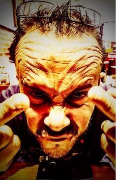 Inspirándose en don Ai Wei el que suscribe le regala a Mr President un fuck you a dos manos, esperando sea de su agrado o no, y si no le gu...