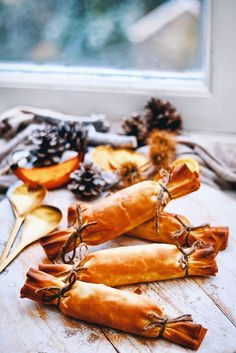 Healthy Christmas Crackers - A vegetarisch Christmas recipe for the holidays this year! Make sure to check out this Christmas re - Christmas Food Gifts, Christmas Crackers, Vegan Christmas, Xmas Food, Christmas Appetizers, Christmas Parties, Christmas Time, Tapas, Homemade Food Gifts
