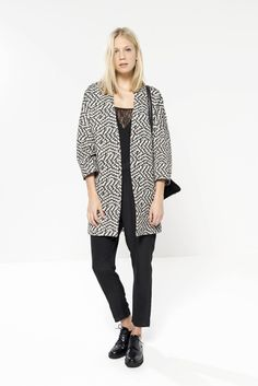 Manteau Les Petites… Ce manteau à motifs noir et blanc est habillé de manches 3/4. Idéal pour un look féminin/masculin. Notre mannequin mesure 175cm
