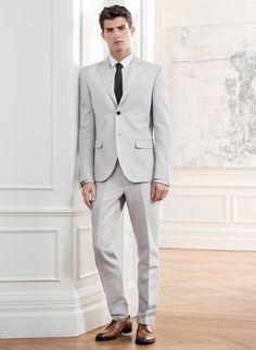 Give formal occasions a seasonal lift with a slim-fitting suit in light grey, perfect for graduations or ceremonies in the summer sun.