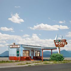 Lone Star Motel, Wells, Nevada – Ed Freeman Photography Old Buildings, Abandoned Buildings, Abandoned Places, Drive In, Ed Freeman, William Eggleston, Retro Aesthetic, Photos Of The Week, Gas Station